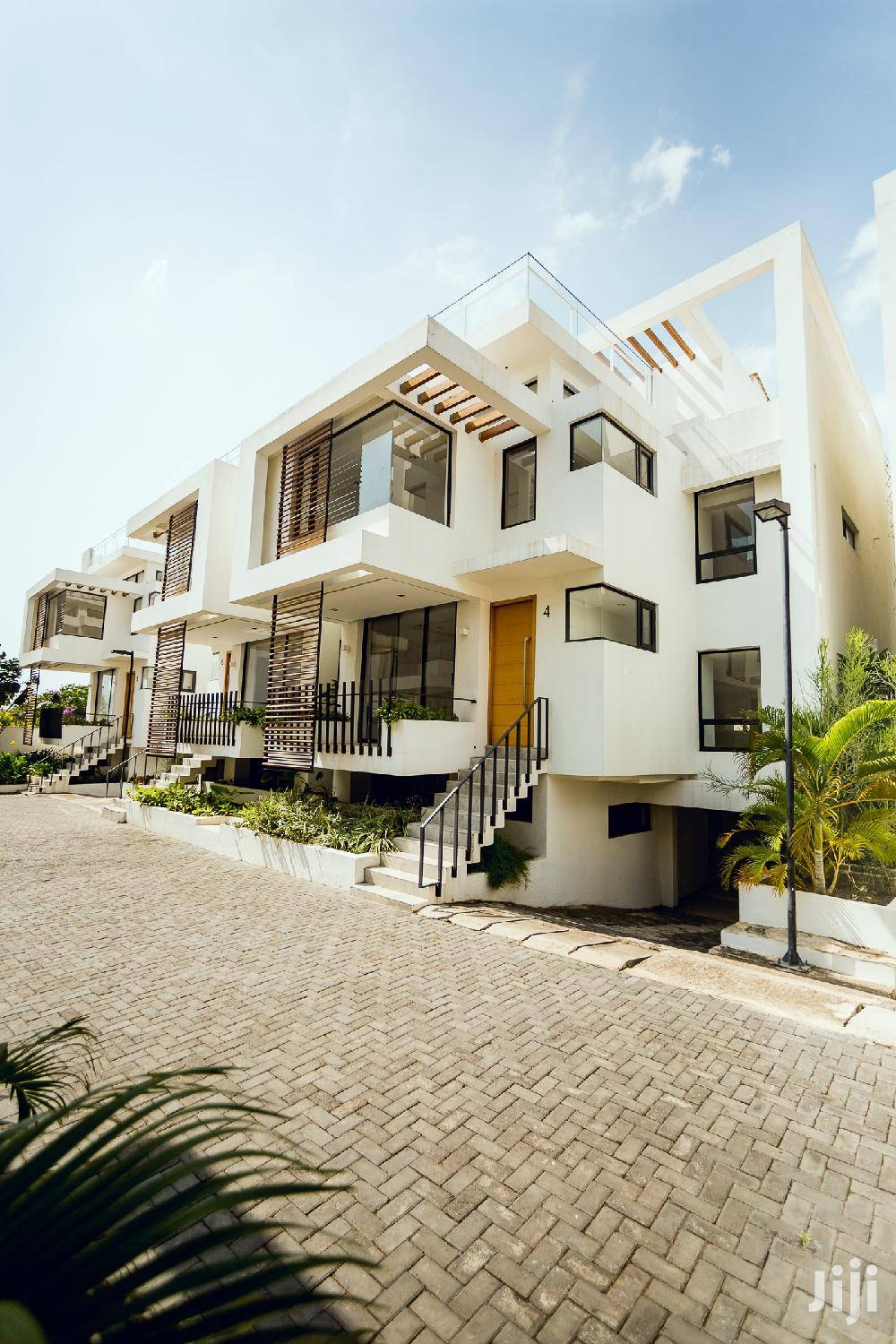 5bedroom Townhouse & 1room Outhouse @ Cantonments For Sale